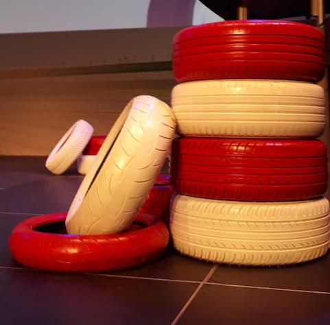 Rote Weiße Reifen Auto PKW Messe Dekoration