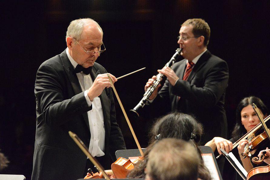 Foto: Zore - Dirigent und Solist Martin Jessernig