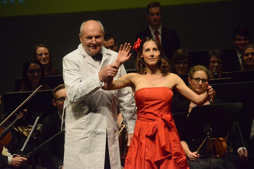 Foto: Zore - Lena Tschinderle (Sopran) und Dirigent Prof. Gerhard Kaufmann