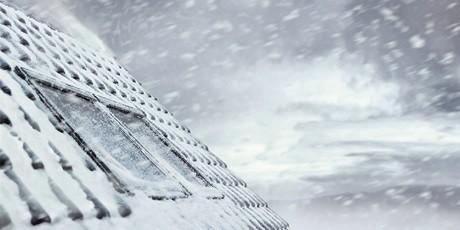 Dachfenster mit Schnee und Eis