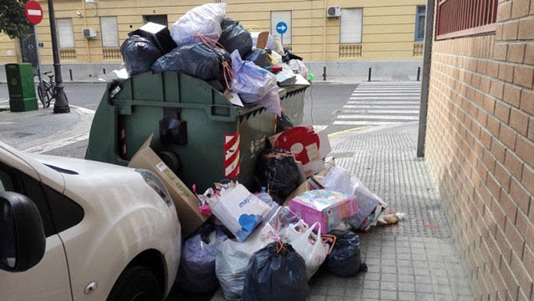 Contenedores de basura a rebosar, fuertes olores y especialmente este verano, cuando hace más calor en Valencia es insoportable.