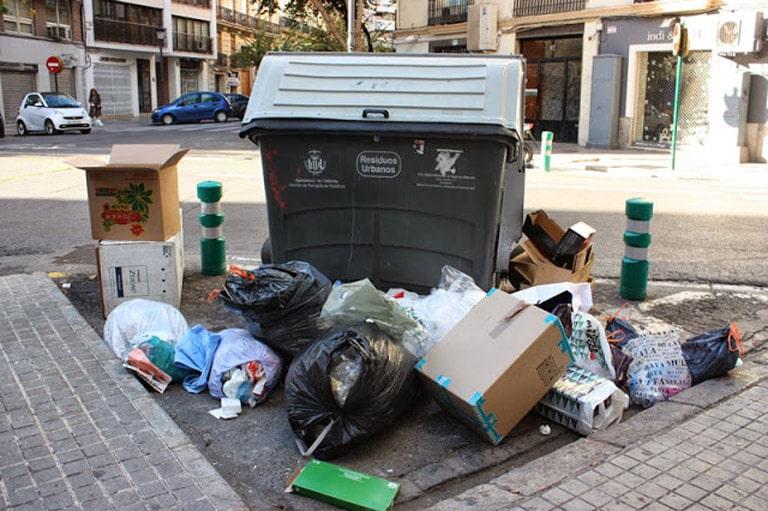 La suciedad de las calles de Valencia es una lacra que afecta día a día a la ciudad.