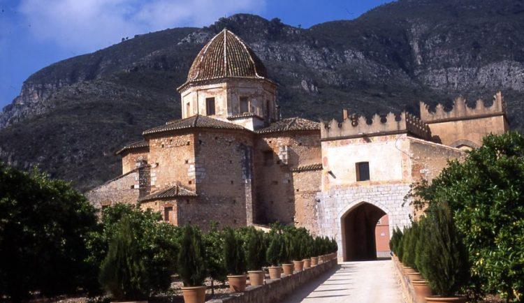 Santa María de la Valldigna ocupa un lugar de honor entre los diversos monasterios valencianos. Este monasterio fue fundado en 1298 por Jaime II el Justo.