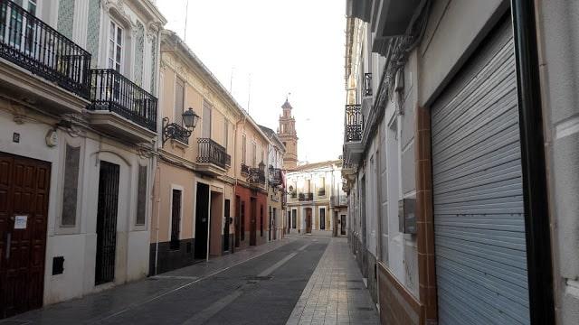 Calle del  barrio de Campanar de la ciudad de Valencia, antigua pedanía que a un conserva su esencia de pueblo con su iglesia al fondo..