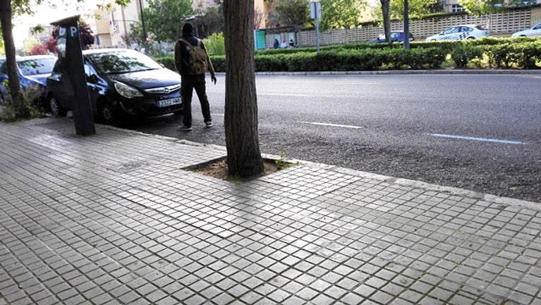 Aparcacoches ilegales junto a la hora en Valencia