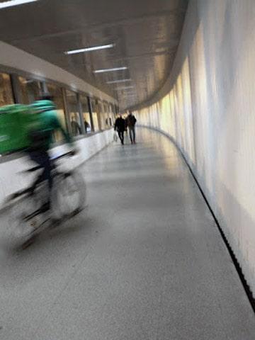 Y en donde las bicis no pueden circular van a toda pastilla