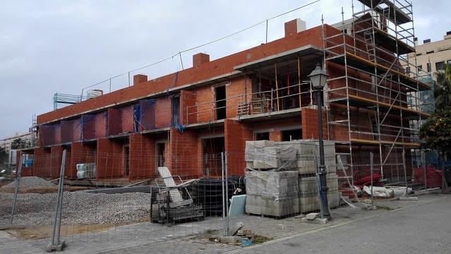 Viviendas adosadas en el nuevo y moderno barrio de Benicalap en València.