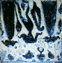 Azulejos góticos, del siglo XIV o XV, que escenifican la lucha de uno de los Centelles contra un dragón y un joven ofreciendo ramos de flores a dos damas.