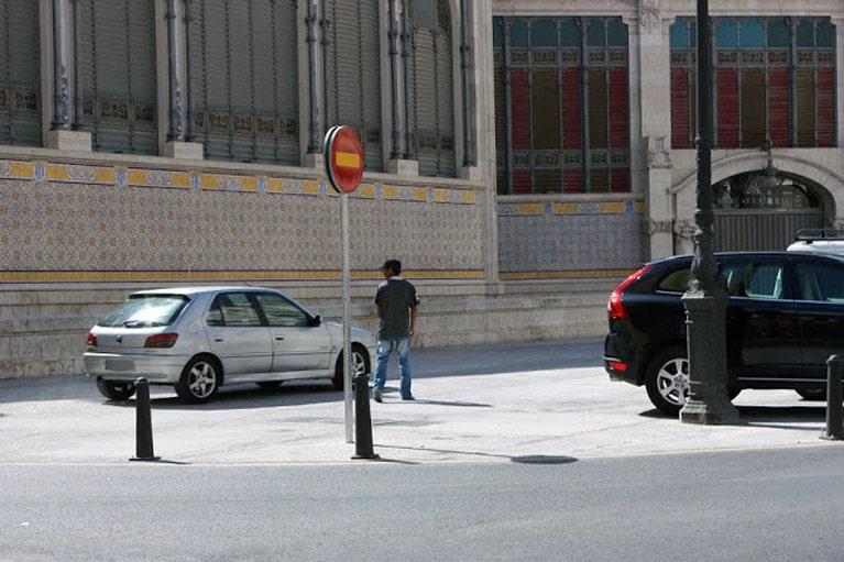 Aparcacoches o gorrilla ilegal, junto al Mercado Central en Valencia.