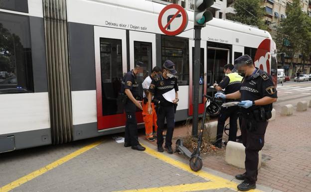Varios agentes de la Policía Local de Valencia  en el lugar del accidente de un patinete electrónico con  el metro.