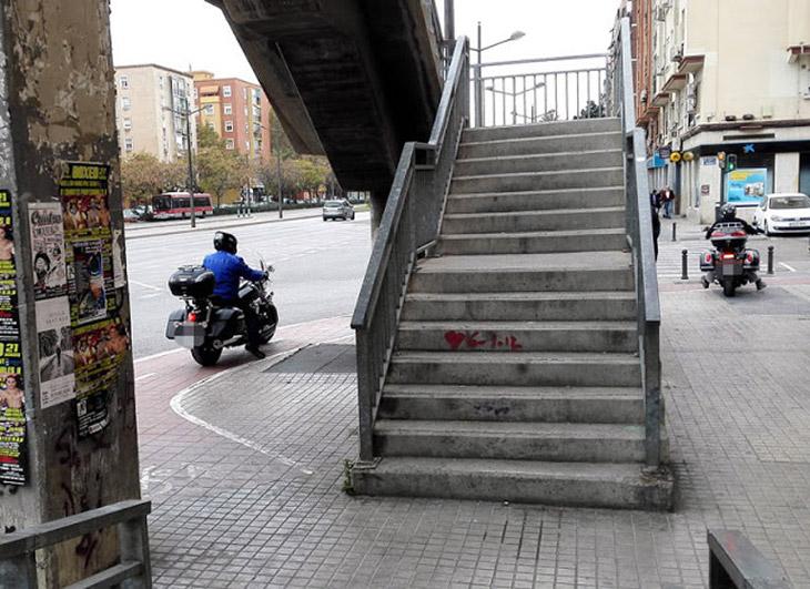 Las motos son un peligro para los peatones circulando por las aceras en  la Ciudad de Valencia.