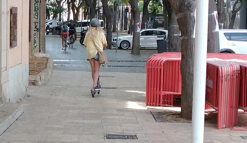 El peligro de acidente  por las bicicletas y patinetes sin respeto para con los viandantes  por las aceras en la Ciudad de València.