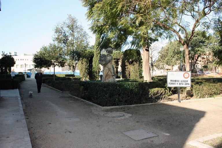 PIPI-CANES 3  peligros encubiertos, llenos de excrementos y que los dueños de las  mascotas  en  València no recogen.