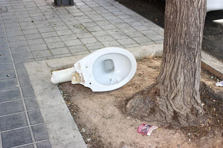 Retrete  abandonado en  la  acera de una  calle de la ciudad de Valencia.