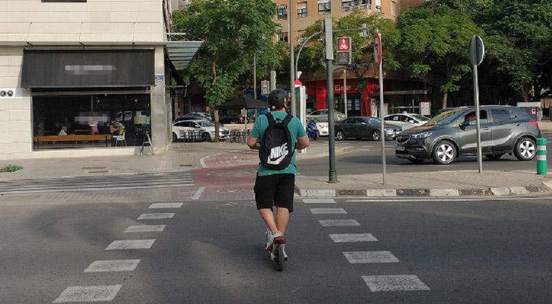Patinete eléctrico se  salta semáforo en rojo   en la Ciudad de València.