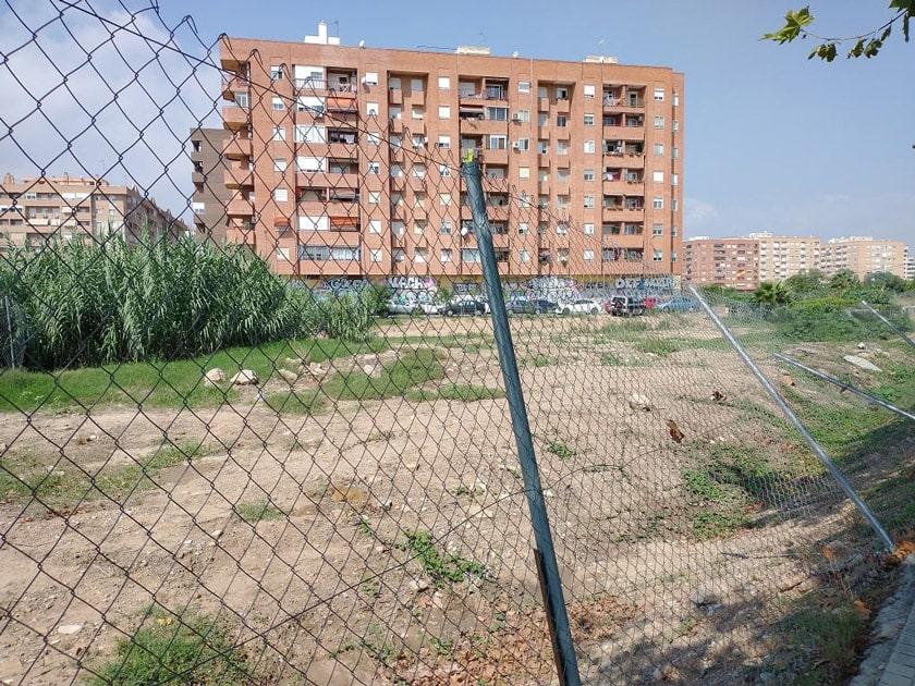 Aquí las vallas de la discordia de la empresa Metrovacesa en Benimaclet , València.