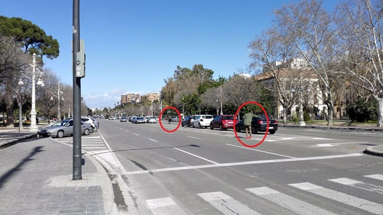 Aparcacoches ilegales  en la Alameda de Valencia, junto a los acuartelamientos de los  militares.