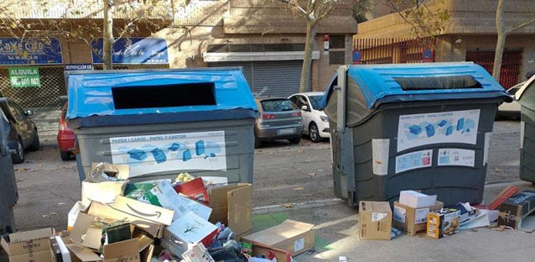 Contenedores de basura a rebosar, fuertes olores y especialmente este verano, cuando hace más calor en Valencia se hace  insoportable vivir..