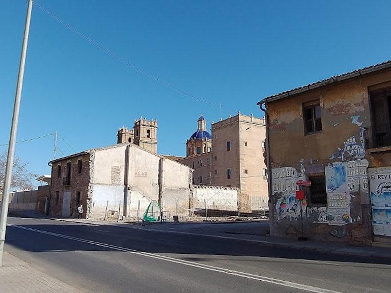 Casa y naves abandonadas y en ruina alrededor del Monasterio de San Miguel de los Reyes en Valencia