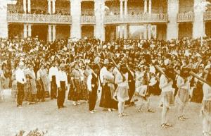Imagen antigua de la fiesta de Els porrots: Danza guerrera de Silla.