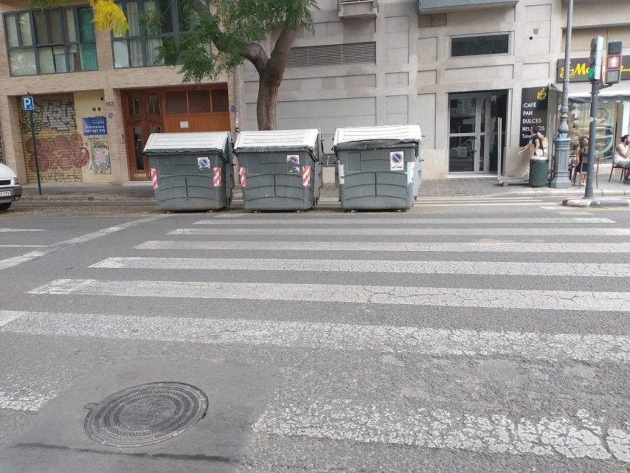 • En la C/ Guillen de Castro y al lado del Museo de prehistoria de Valencia, existe un paso de  cebra o peatones en donde han colocado varios contenedores de  basura.