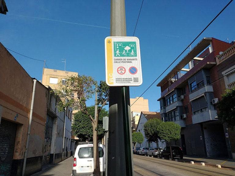 Los conductores no tienen el menor respeto con los viandantes e igual que los ciclistas no respetan las placas de tráfico.