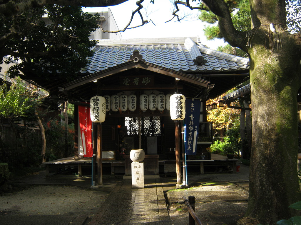 出町柳西岸の妙音弁財天。Myoon Benzaiten shrine at Demachiyanagi