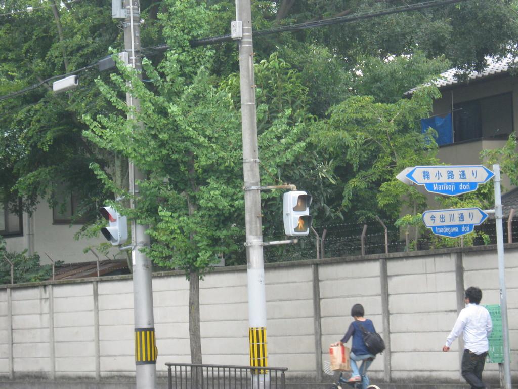 鞠小路今出川の向こうに見える森は… What forest we can see over the road sign?