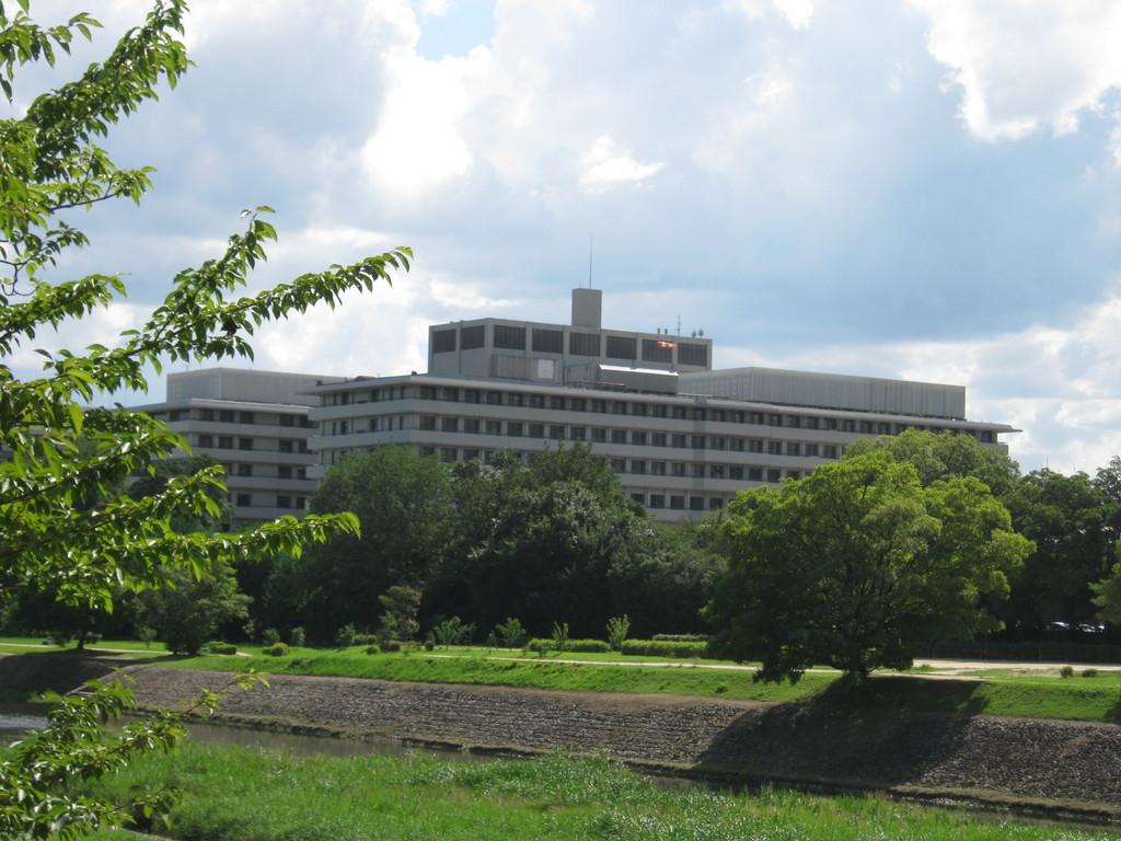 京都府立大学附属病院は鴨川の向こうに見える。University Hospital, Kyoto Prefectural University of medicine