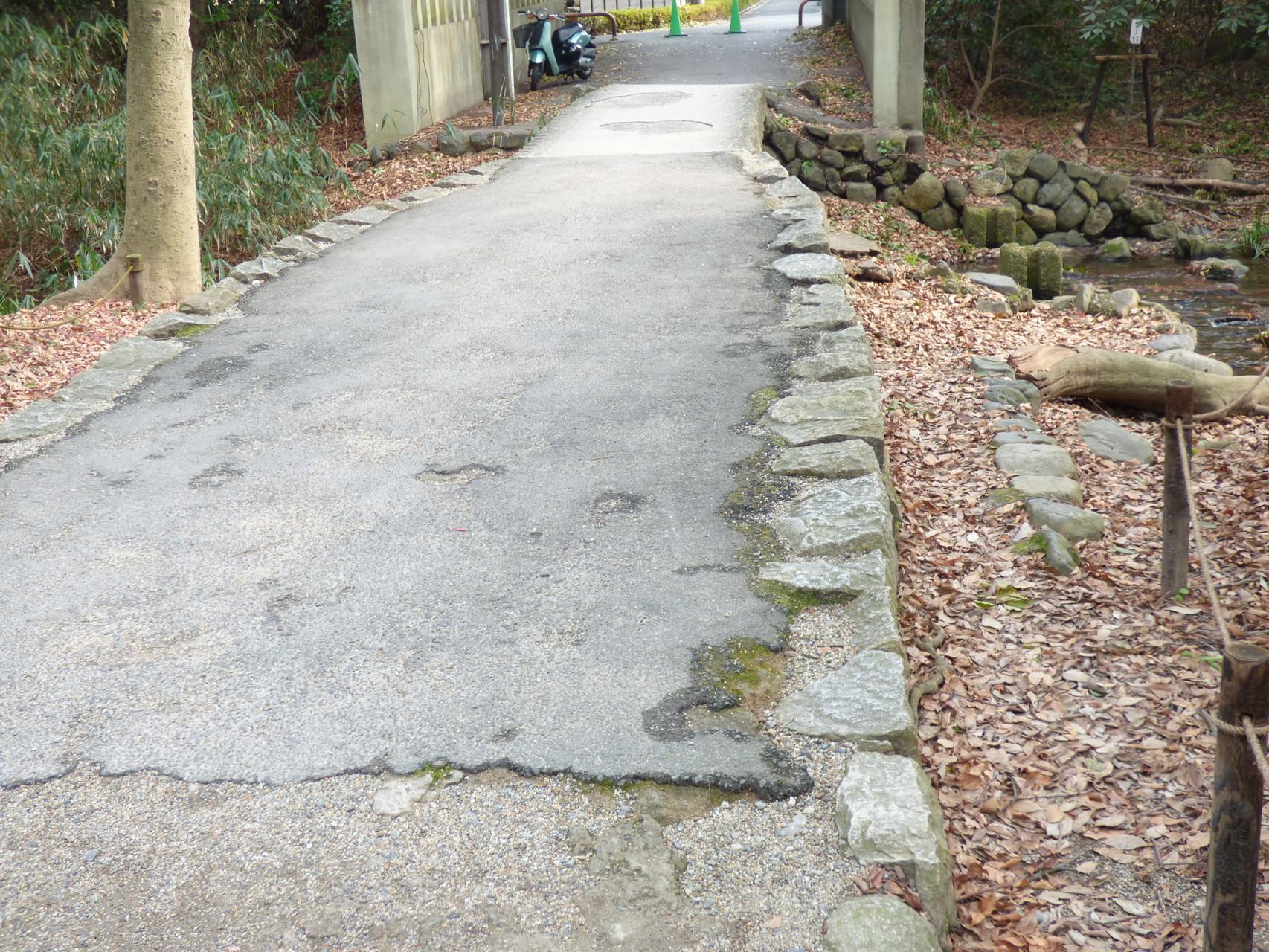 下鴨神社の東のせせらぎにかかる橋をわたると