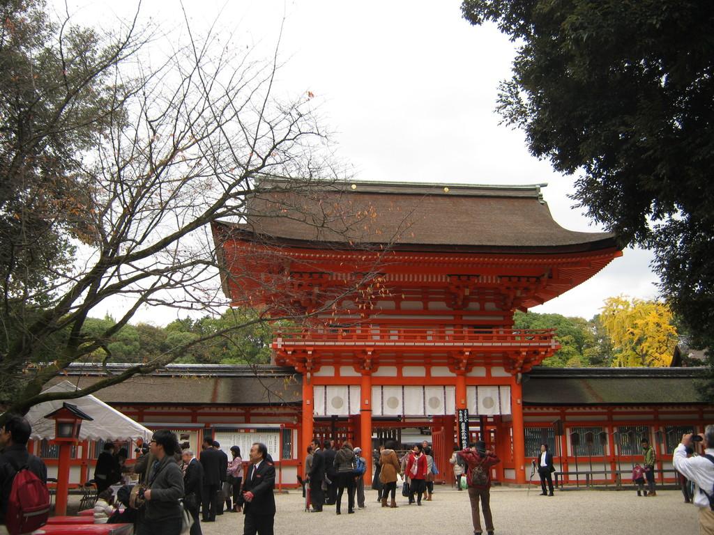 鳥居をくぐると…。Shimogamo shrine