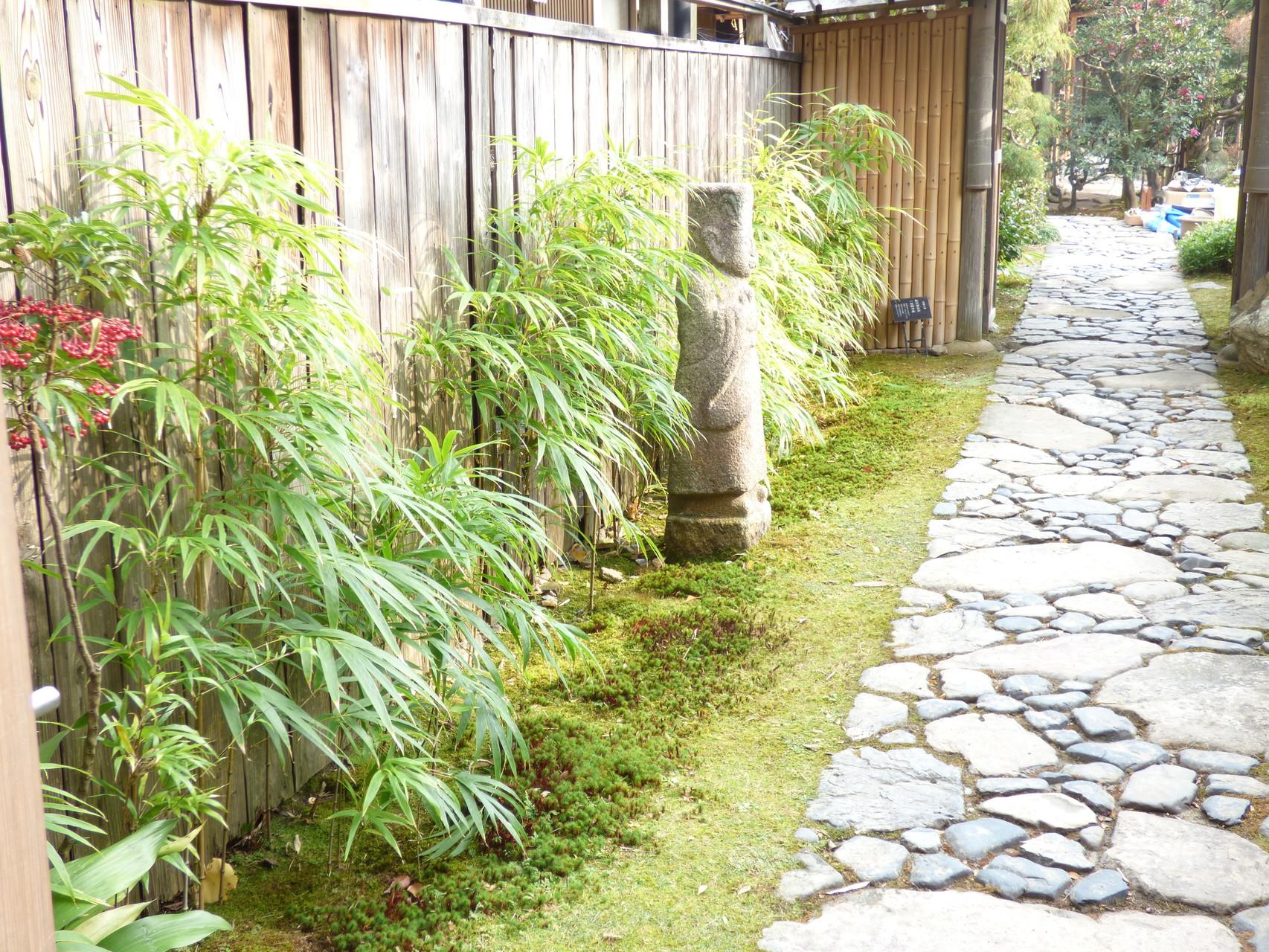作品にも登場するお庭は今修復中