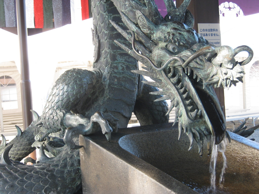 西本願寺、龍の手水。a dragon washbasin at Higashi Honganji temple