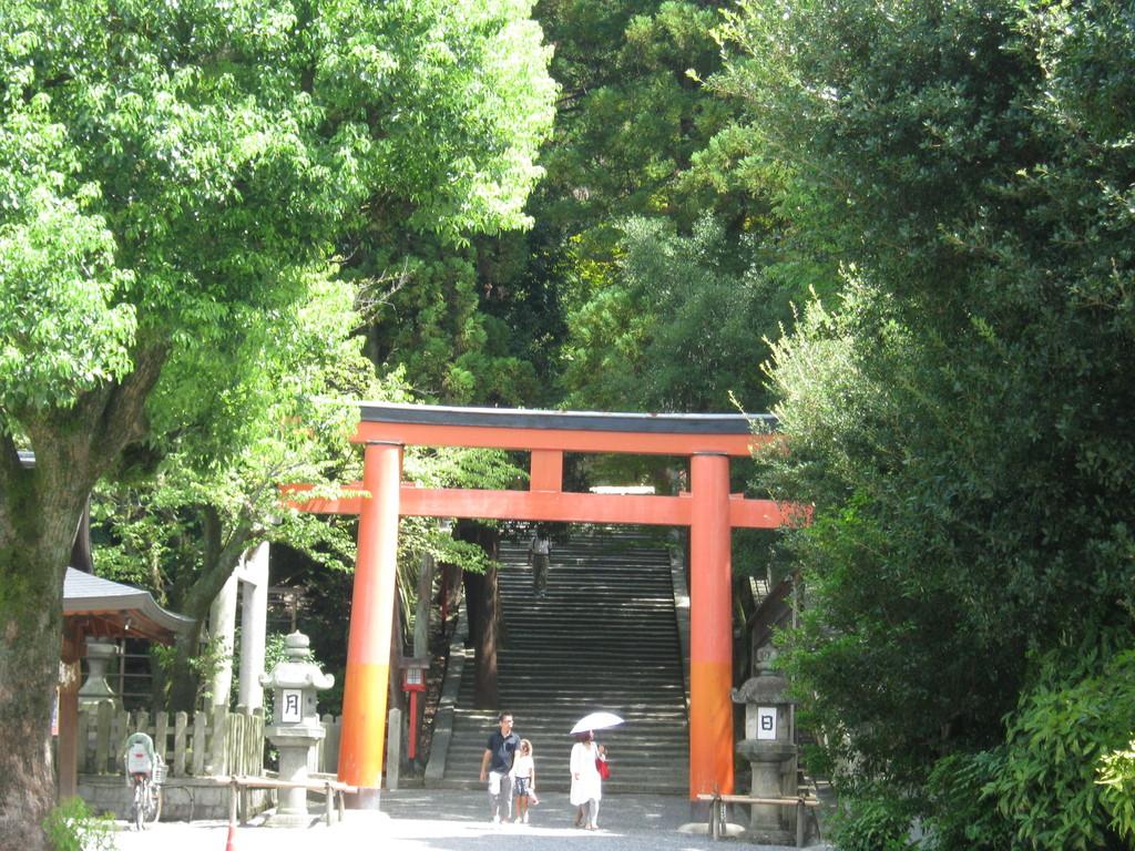 京大正門を通り過ぎると吉田神社。『徒然草』の吉田兼好と深ーいつながりがあります。Yosida shrine
