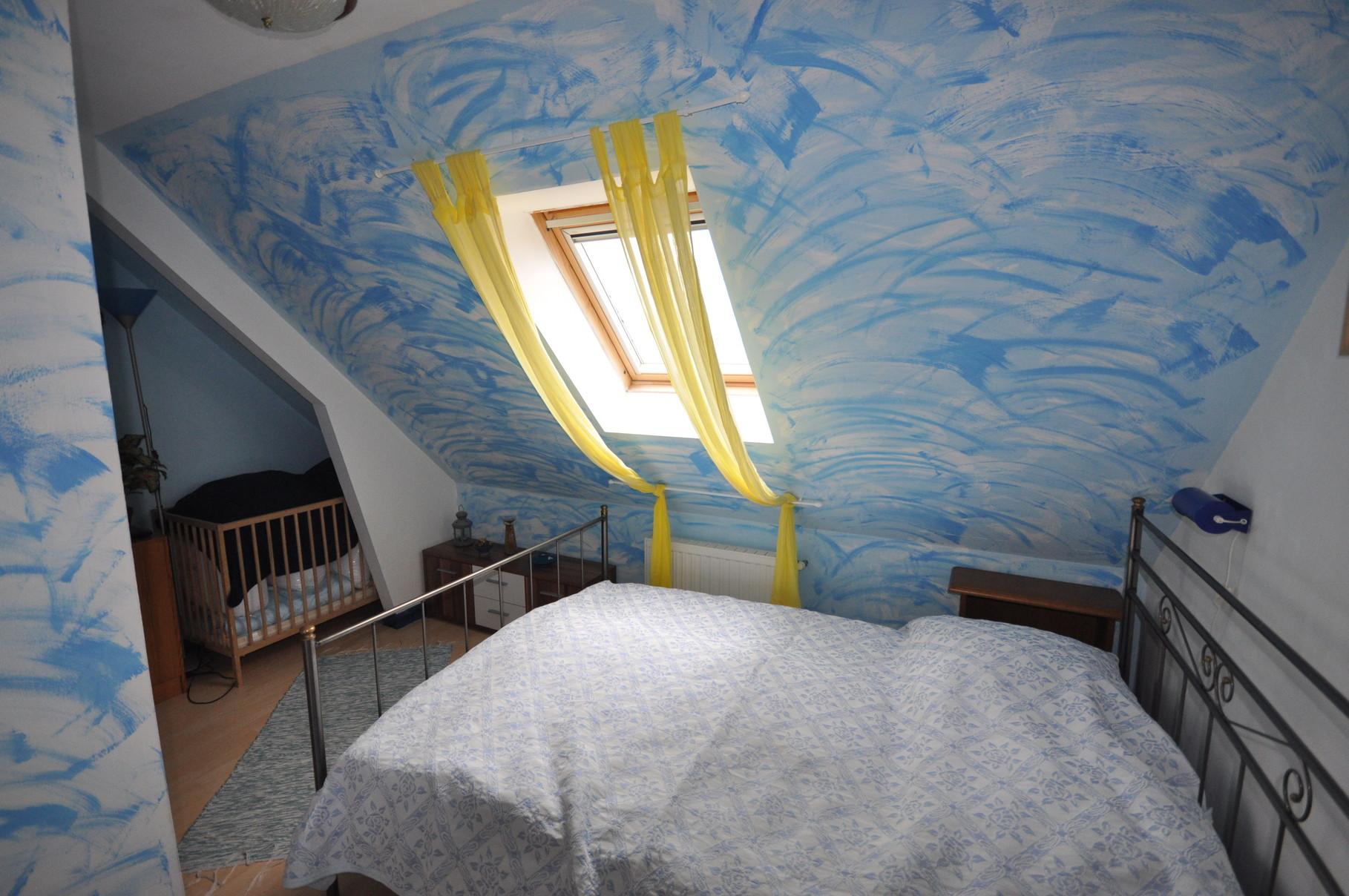 Schlafzimmer oben mit Doppel (140cm)- und Babybett