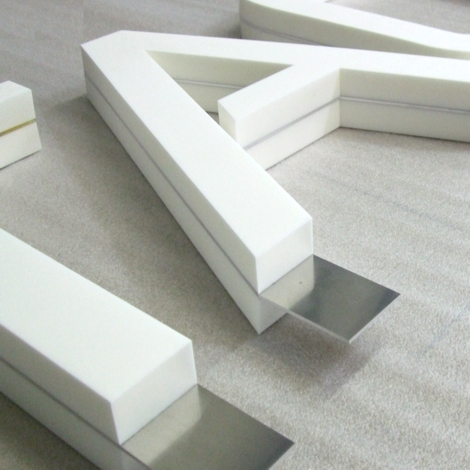 Freistehende Buchstaben aus PE-Schaum mit einer Aluminiumkonstruktion