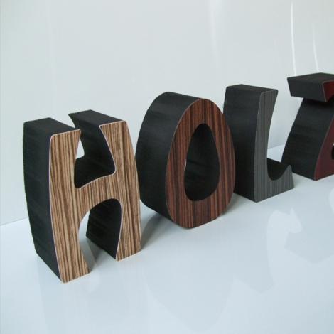 Schwarzer PE-Schaum mit frontseitiger Kunststoffkaschierung in Holzoptik