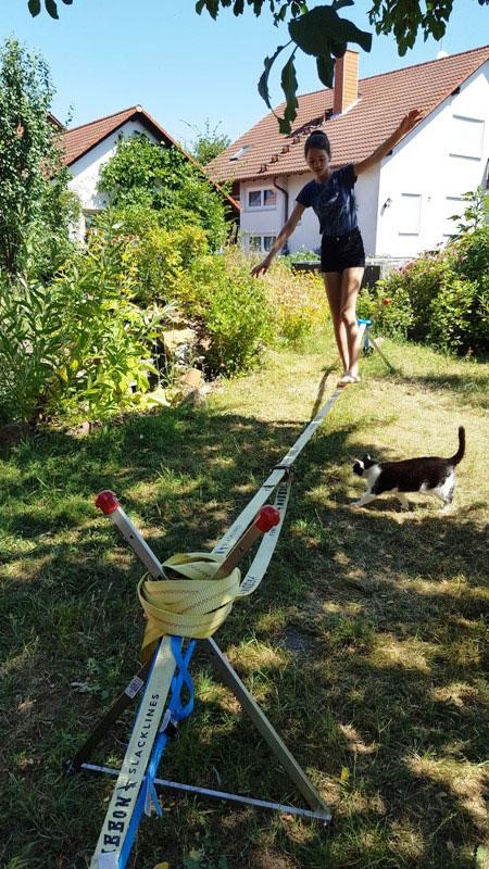 Bewertung 2018-07-01: Wir haben in unserem Garten keine großen Bäume, um die Slack-Line aufzubauen. Deshalb haben wir uns für die NoTreeSlack-Version entschieden (nach reiflicher Überlegung, da es ja wirklich viel Geld ist...). Wir waren sehr gespannt....