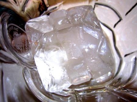 サントリーウイスキー角瓶の限定製氷機で作った氷