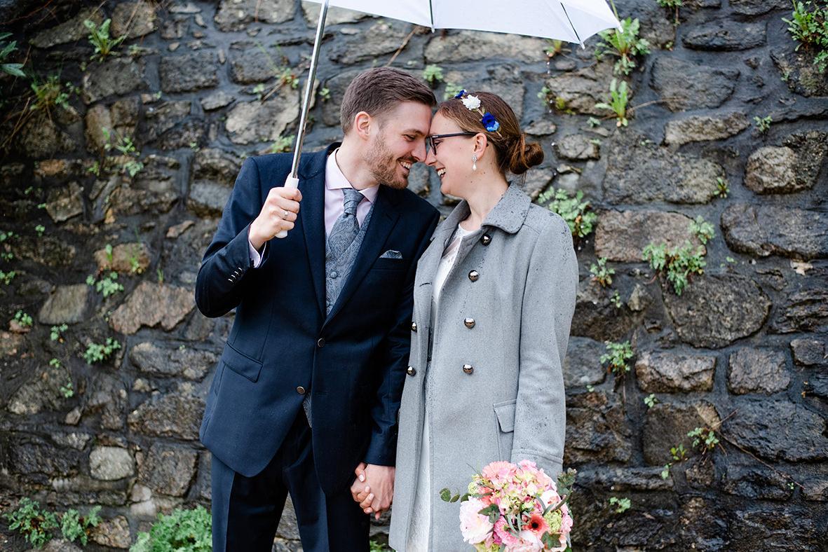 Hochzeit auf Schloss Schwarzenberg im Erzgebirge - Hochzeitsfotos im Regen in Sachsen
