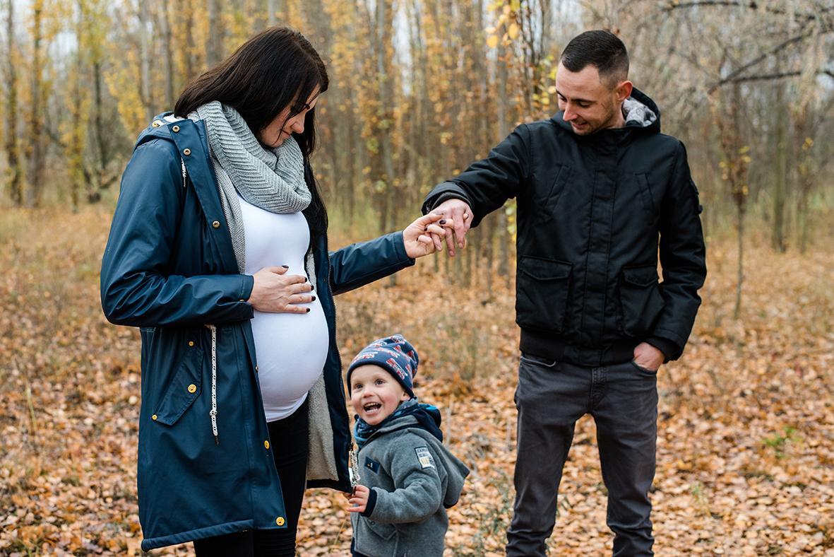 Babybauchfotos am See in Merseburg bei Halle und Leipzig - natürliche Babybauchfotografie