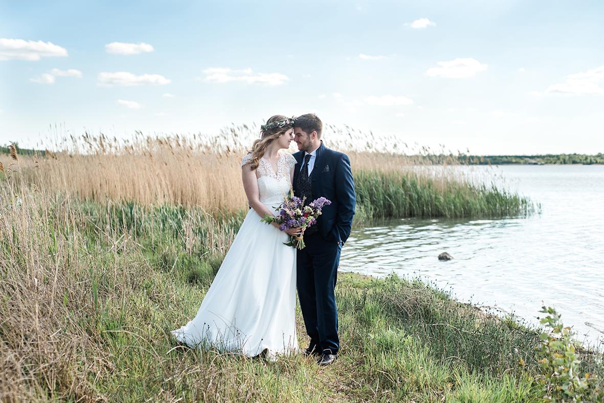 Hochzeitsfotograf in Leipzig und Umgebung, Heiraten in Schkeuditz bei Leipzig am See mit natürlichen Hochzeitsfotos
