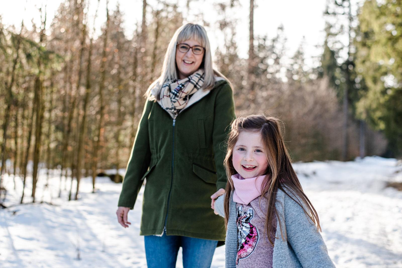 Kinderfotos im Schnee in der Nähe von Schwarzenberg, Aue und Annaberg-Buchholz, Kinder Fotoshooting im Winter mitten in Sachsen im Erzgebirge