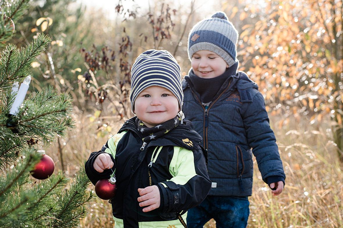 Kinderfotos & Familienfotos in der Natur, Weihnachtliches Familienshooting im Winter in Leipzig und Umgebung
