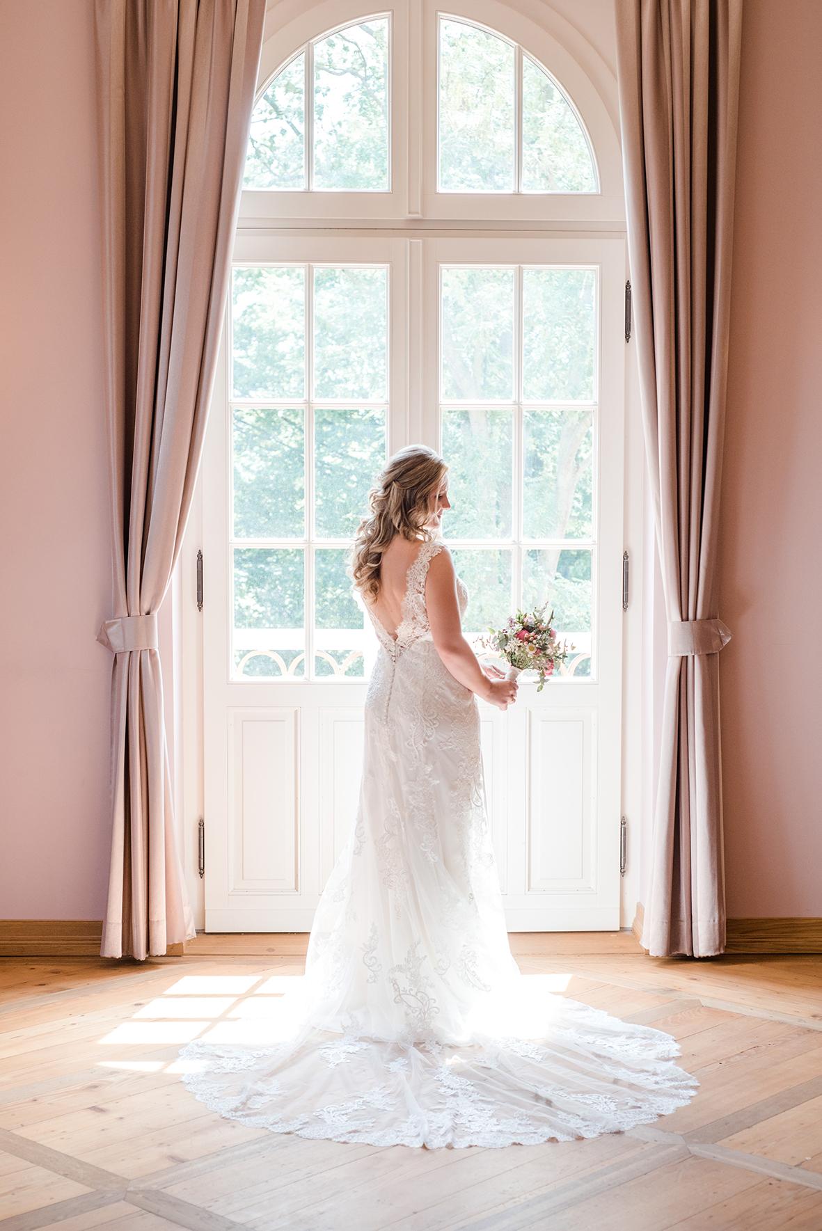 Hochzeitsfotograf in Leipzig und emotionale Hochzeitsfotos beim Getting Ready im Herrenhaus Möckern