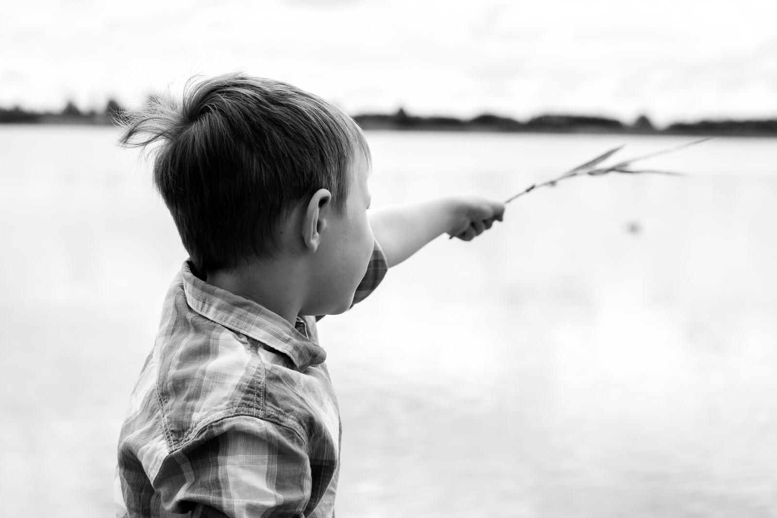 Familienfotoshooting am Schladitzer See zwischen Leipzig und Delitzsch - lebendige Familienfotografie