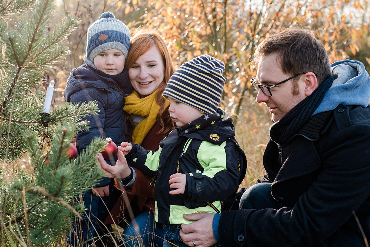 Weihnachtliche Familienfotos in der Natur - Familienshooting im Winter in Leipzig und Umgebung