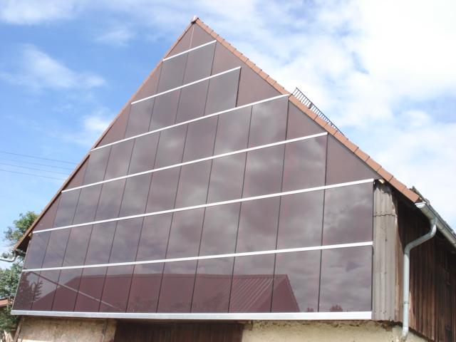 Rote Solarmodule Fassade