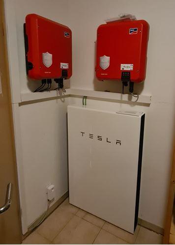 Fertig installierte Tesla Powerwall mit SMA Wechselrichtern © iKratos