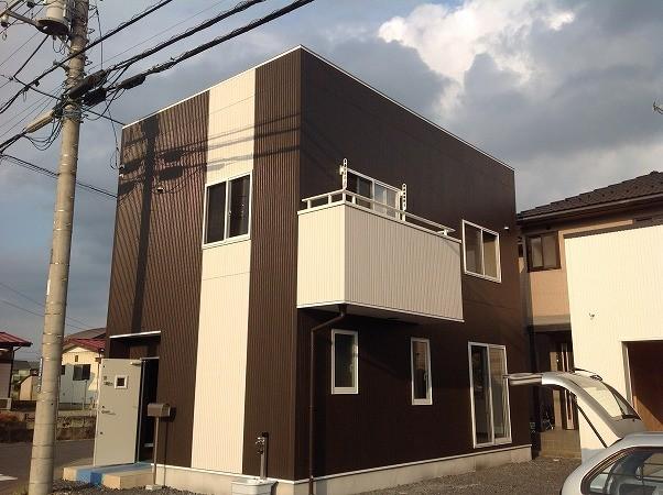 アレンジ工事として、屋根形状の変更(寄棟⇒陸屋根)やバルコニー位置の変更、間取り変更をしています。